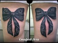 Татуировка бантик на бедре