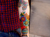Татуировка цветы и бабочка