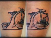 Татуировка велосипед на плече