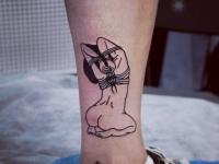 Татуировка связанная девушка на голеностопе