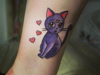 Тату фиолетовая кошка с сердечками