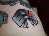 Татуировка книга с сердечком