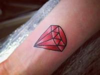 Татуировка красный алмаз на предплечье