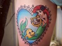 Тату русалка с рыбкой в сердечке на ноге девушки