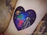 Татув сердечке космонавт в космосе смотрит на сатурн