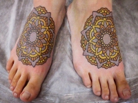 Татуировка цветок-узор на стопе