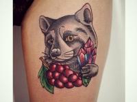 Тату енот с ягодами на ноге девушки