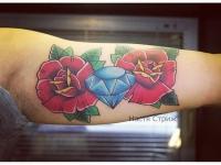 Тату алмаз между 2 роз на руке