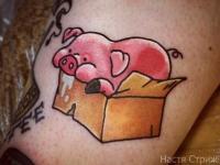 Татуировка розовый поросенок в коробке