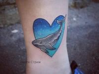 Татуировка кит в сердечке возле стопы