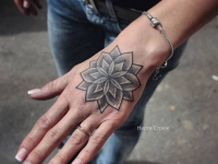 Татуировка цветок на кисти руки