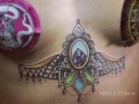 Татуировка ожерелье под грудью