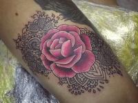 Татуировка красная роза с узорами