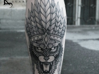 Татуировка льва в индейском головном уборе