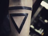 Татуировка прямая линия и треугольник направленный вниз на руке
