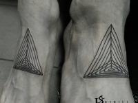 Татуировка треугольника на лодыжке