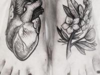 Татуировка сердце и цветок на стопе