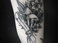 Татуировка грибы на плече