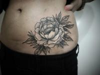 Татуировка цветок на боку