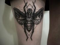 Татуировка муха на бедре