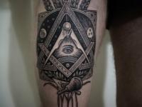 Татуировка узор на бедре