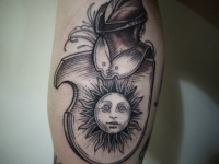 Татуировка солнце в доспехах на плече