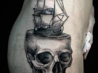 Татуировка череп на боку