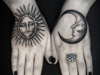 Татуировка луна и солнце на кисти