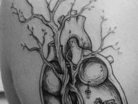 Татуировка сердце на лопатке