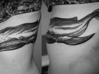 Татуировка кит на боку