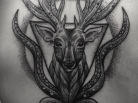 Татуировка олень на спине