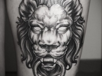 Татуировка лев на бедре