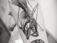 Татуировка скелет рыбы на предплечье