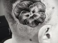 Татуировка цветок на заьылке