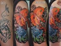 Татуировка рыба с цветком на плече