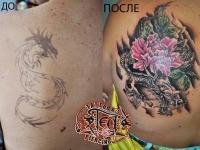 Татуировка дракон и цветок на лопатке
