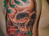 Татуировка череп и розы на плече