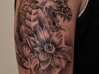 Татуировка голова дракона с цветком на плече