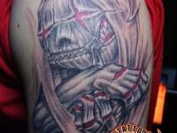 Татуировка вампир на плече