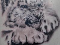 Татуировка львенок на плече