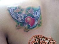 Татуировка сердце с крыльями на лопатке