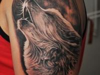 Татуировка луна и волк на плече