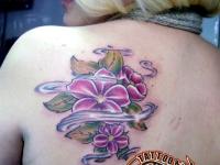 Татуировка цветы на лопатке