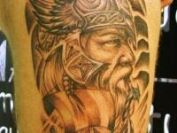 Татуировка витязь и парусник на бедре
