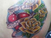 Татуировка розы и сердце на лопатке