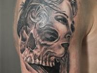 Татуировка голова и череп на плече