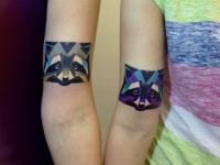 Татуировка енот на плече