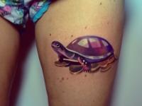 Татуировка черепаха на бедре