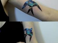 Татуировка ласточка на плече