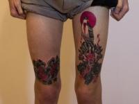Татуировка цветение на бедре